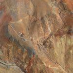 Vue aérienne d'une zone de forage en milieu désertique (Lundin Mining, Pérou).