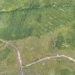 Un levé de drone permet de localiser les nouveaux accès et d'évaluer l'état des accès plus anciens. À titre de comparaison, ci-contre une image récoltée avec un ebee(Les Ressources Tectonic Inc. projet Umex).